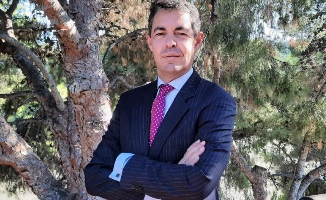 Tomás Vázquez Lépinette, socio de TOMARIAL, acreditado como catedrático de Derecho Mercantil